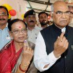 राम नाथ कोविंद अपनी पत्नी के साथ