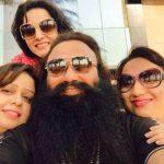 गुरमीत राम रहीम अपनी पुत्रियों के साथ