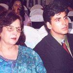 अक्षय कुमार अपनी माता के साथ