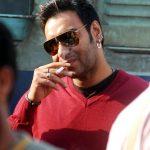 अजय देवगन धूम्रपान करते हुए