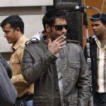 अजय देवगन फिल्म लंदन ड्रीम्स में धूम्रपान करते हुए