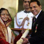 धर्मेंद्र पद्म भूषण पुरस्कार लेते हुए