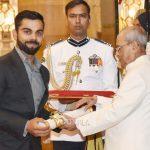 विराट कोहली पद्म श्री पुरस्कार ग्रहण करते हुए