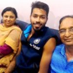 हार्दिक पंड्या अपने माता पिता के साथ
