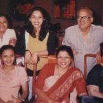माधुरी दीक्षित अपने माता-पिता और बहनों के साथ