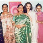 रेखा अपनी बहनों के साथ