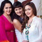 हेमा मालिनी अपनी बेटियों के साथ