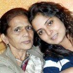 अंजना सिंह अपनी मां के साथ