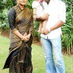 अंजना सिंह अपने पति याश कुमार मिश्रा और बेटी अदिति के साथ