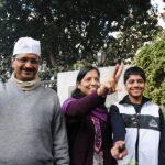 अरविन्द केजरीवाल अपनी पत्नी और बच्चों के साथ