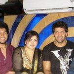 आर्य अपने परिवार के साथ