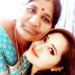 काजल राघवानी अपनी माता के साथ
