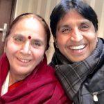 कुमार विश्वास अपनी माँ के साथ