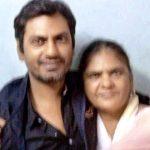 नवाजुद्दीन सिद्दकी अपनी माता मेहरुन्निसा के साथ