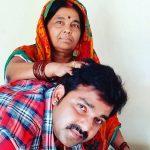 पवन सिंह अपनी माँ के साथ
