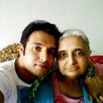 विनय आनंद अपनी माता के साथ