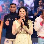 सनी लियोन भारतीय राष्ट्रीय गान गाती हुई