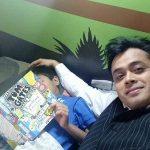 अभिसार शर्मा अपने बेटे के साथ