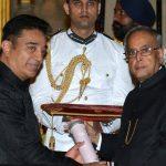 कमल हासन राष्ट्रीय पुरस्कार प्राप्त करते हुए