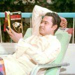 किशोर कुमार उपन्यास पढ़ते हुए