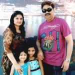 कुमार सानु अपनी पत्नी और  बेटियों के साथ