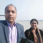 जयराम ठाकुर अपनी पत्नी के साथ
