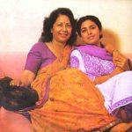 जूही चावला अपनी माँ के साथ