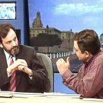 प्रणय रॉय (बाएं) और विनोद दुआ (दाएं) दूरदर्शन पर चुनावी विश्लेषण करते हुए