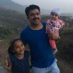 रोहित सरदाना अपनी बेटियों के साथ