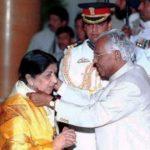 लता मंगेशकर भारत रत्न प्राप्त करती हुईं