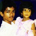 विजय अपनी बहन के साथ