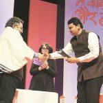 विनोद दुआ मुख्यमंत्री देवेंद्र फड़नवीस द्वारा रेडइंक पुरस्कार प्राप्त करते हुए