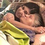 अलका याग्निक अपनी माँ के साथ