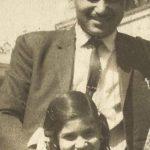 अलका याग्निक अपने पिता के साथ