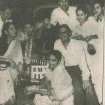 गुरु दत्त अपनी पत्नी और दोस्तों के साथ बीएमडब्ल्यू के पास