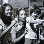 जगजीत सिंह अपनी पत्नी, बेटे और सौतेली-बेटी मोनिका के साथ