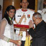 पी. वी. सिंधु पद्म श्री पुरस्कार प्राप्त करती हई