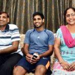भुवनेश्वर कुमार अपने माता-पिता के साथ