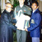 योगेश्वर दत्त राजीव गांधी खेल रत्न पुरस्कार प्राप्त करते हुए