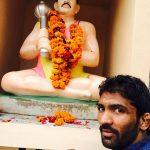 योगेश्वर दत्त स्वर्गीय श्री बलराज पहलवान की प्रतिमा के साथ