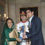 विजेन्द्र सिंह पद्मा श्री पुरस्कार प्रप्त करते हुए