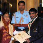 सुशील कुमार राजीव गांधी खेल रत्न पुरस्कार प्राप्त करते हुए