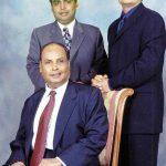 मुकेश अंबानी अपने पिता धीरूभाई अंबानी (बैठे हुए) और भाई अनिल अंबानी के साथ