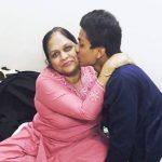 मनजोत कालरा अपनी माँ के साथ