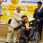 मनोज कुमार राष्ट्रपति से दादासाहेब फाल्के पुरस्कार ग्रहण करते हुए