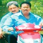 मनोहर पार्रीकर मोटरसाइकिल के पीछे बैठे हुए