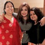 मोनाली ठाकुर अपनी माँ और बहन के साथ