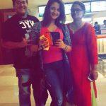 रश्मि देसाई अपने छोटे भाई और माँ के साथ