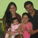 रोहिताश अपनी पत्नी और बेटियों के साथ