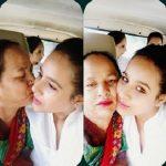 सुनंदा शर्मा अपनी माँ के साथ
